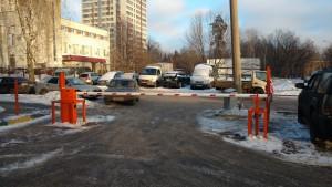 Двор с подъёмным шлагбаумом г. Москва, ул. Вересаева, д. 16