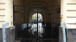 Автоматические распашные ворота со встроенной калиткой и системой контроля доступа в арке дома №7/4 в Лучниковом переулке, ЦАО г. Москвы