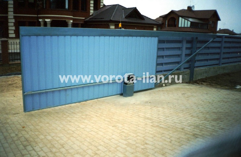 Откатные ворота, зашитые профильным листом голубого цвета (фото 1)