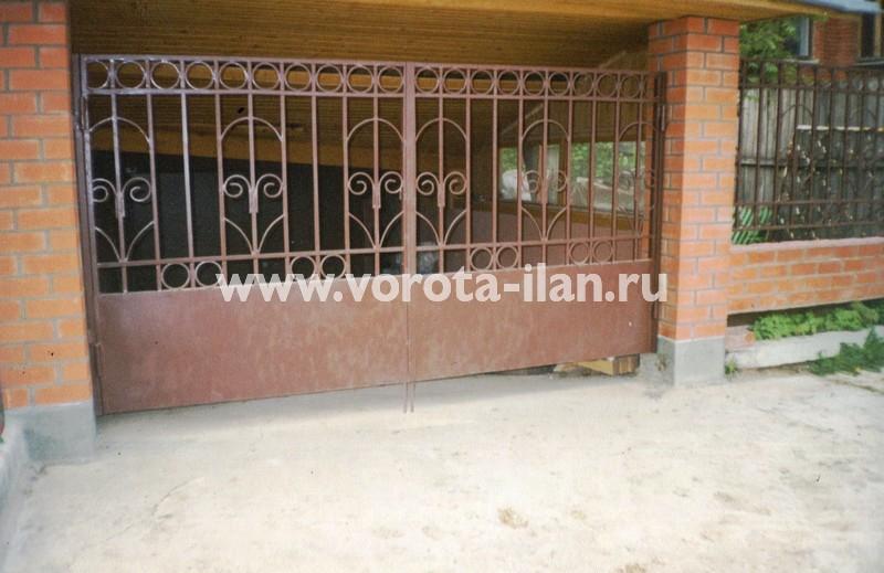 Распашные ворота полупрозрачные с декоративными элементами на кирпичных столбах
