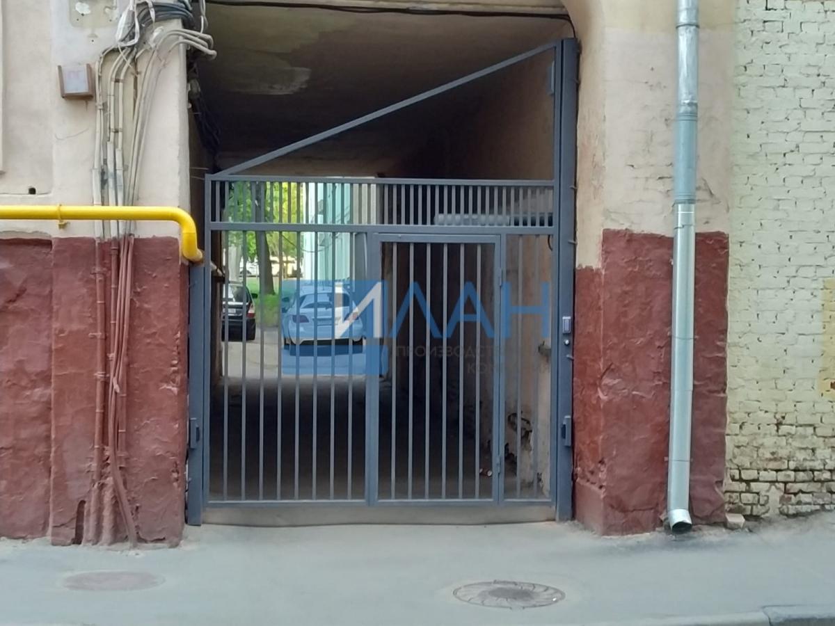 Одностворчатые распашные ворота с повышенной защитой от вандализма с калиткой без порога и облачной системой управления. Установлены в арке МКД в Москве на Электрическом проезде, д. 12_фото 4