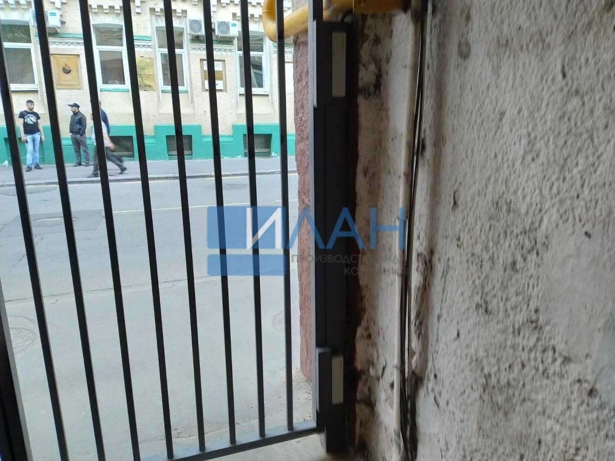 Одностворчатые распашные ворота с повышенной защитой от вандализма с калиткой без порога и облачной системой управления. Установлены в арке МКД в Москве на Электрическом проезде, д. 12_фото 5