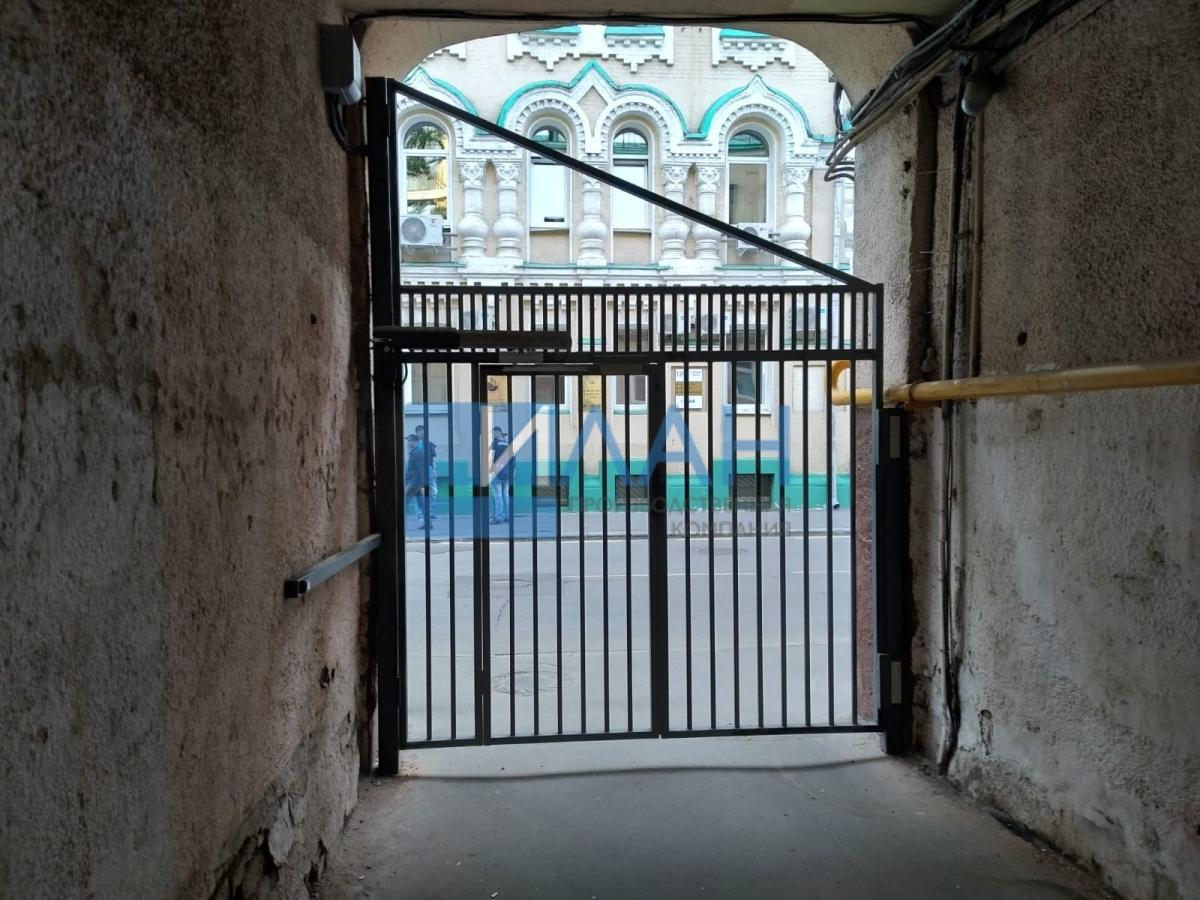 Одностворчатые распашные ворота с повышенной защитой от вандализма с калиткой без порога и облачной системой управления. Установлены в арке МКД в Москве на Электрическом проезде, д. 12_фото 6