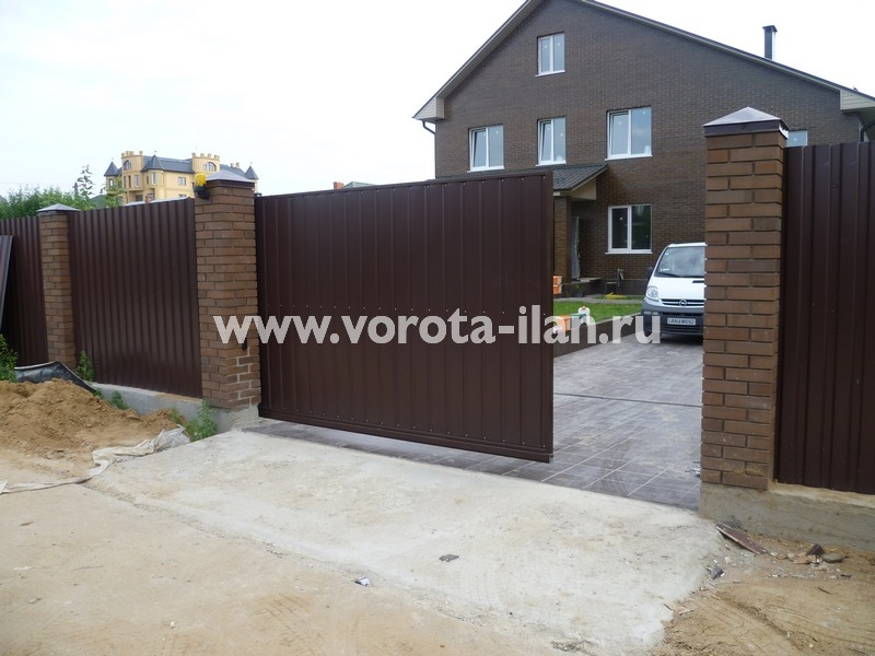 ворота откатные_темный кирпичный забор_фото 8