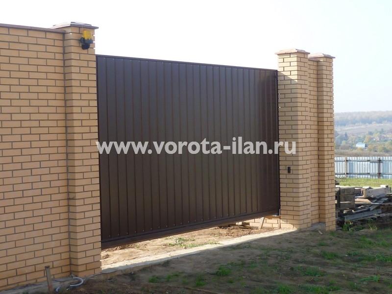 Ворота откатные_светлый кирпичный забор_фото 1