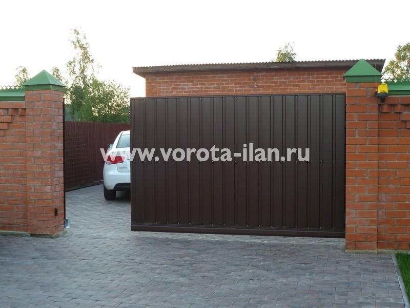 Ворота откатные коричневые_кирпичный забор_фото 2