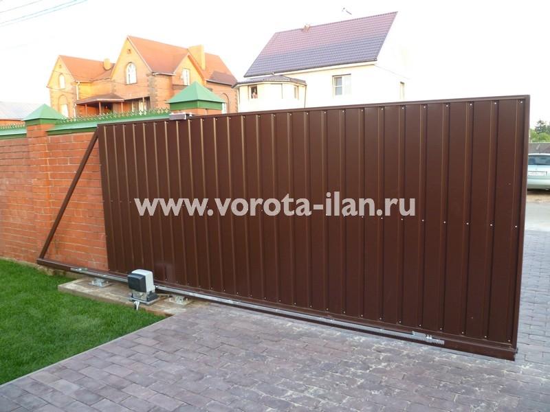 Ворота откатные коричневые_кирпичный забор_фото 1