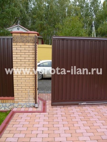 Ворота откатные_коричневый профлист_на кирпичных столбах_фото 2