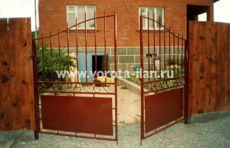 Распашные ворота фигурные полупрозрачные с деревянным забором_фото 2