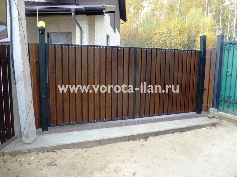 Ворота распашные_деревянная отделка_с сигнальной лампой_фото 1