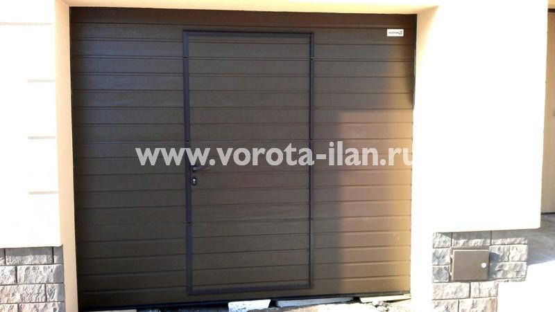 Ворота секционные гаражные_коричневые с калиткой_фото 1