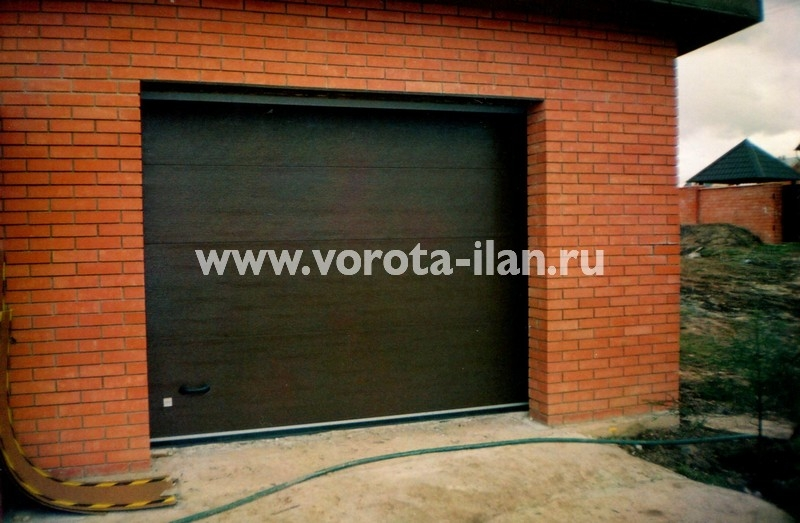 Ворота секционные гаражные_красный кирпич