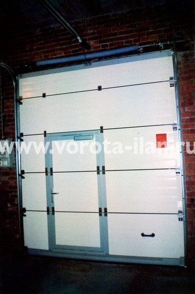 Ворота секционные промышленные компактные белые с калиткой