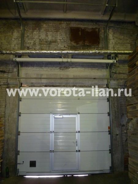 Ворота секционные промышленные белые с калиткой_фото 3