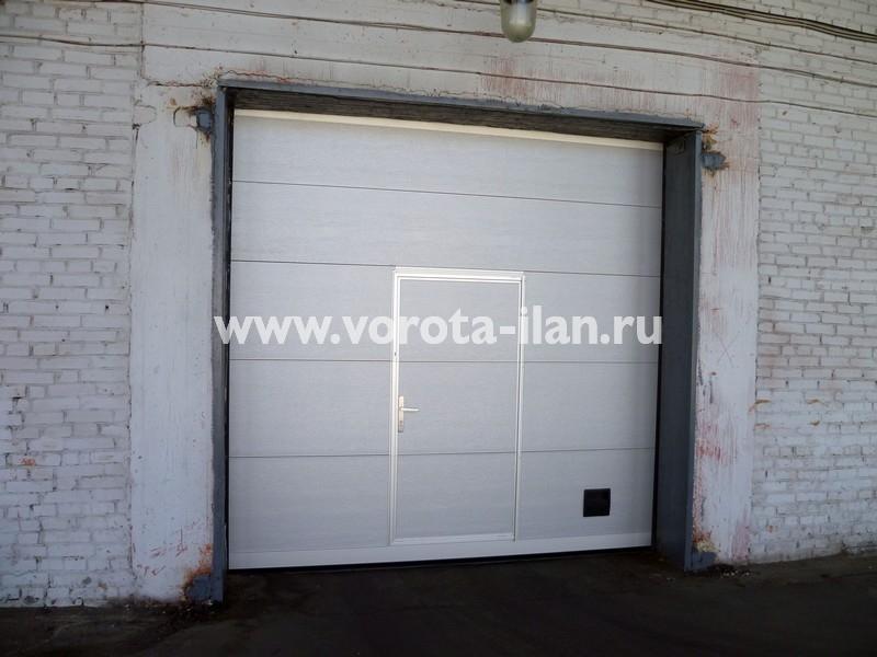 Ворота секционные промышленные белые с калиткой_фото 2