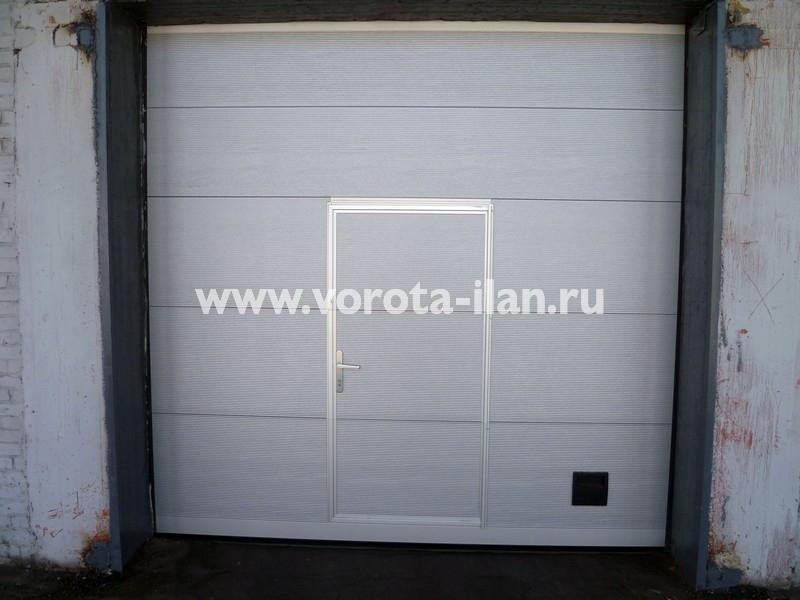 Ворота секционные промышленные белые с калиткой_фото 1