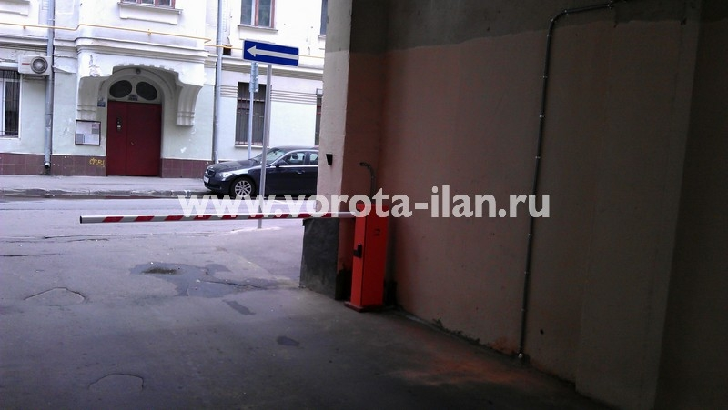 Москва_улица Жуковского_шлагбаум подъёмный_фото 1